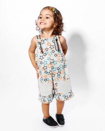 jardineira curta para bebê estampada de estrelas em moletom stretch com bolsos